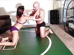Schwester Wrestles mit Creampie