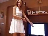 Une allumeuse en robe blanche montre sa culotte