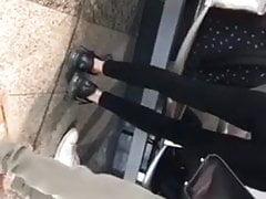 Belle adolescente en leggings noir