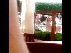 Toplesses Mädchen auf einem Pool in Sofia