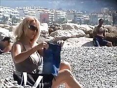 piękna milf rozbiera się na plaży