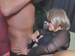 Des couples plus âgés participent à une fête échangiste chaude