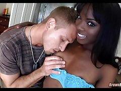 La ragazza nera magra beve il cazzo bianco