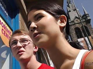 Slim brunett knullad av kille framför hennes nördiga cuckold