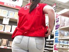 Pevné džíny nemohou skrýt zralé PAWG Jiggly Ass