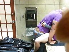 Il bagno della famiglia del centro commerciale scopa