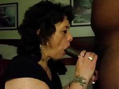 Oma lutscht einen schwarzen Schwanz