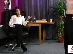 Britské kancelářské babe CFNM instruuje jerkoff