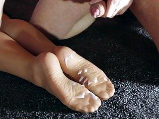 Double cumshot on the nylon feet of the secretary