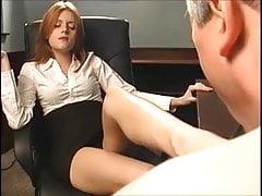 Rothaariger Chef lässt ihn ihre Füße saugen