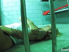 La prisonnière Brooke joue avec sa chatte serrée