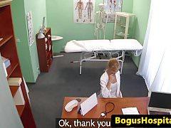 Die Ärzte haben ein Pussy-Fick-Trio im Büro