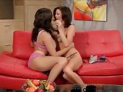 Milfs sexy besándose con una pasion