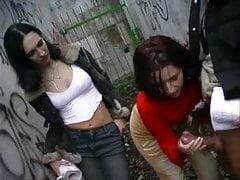 Facet szarpany przez 2 dziewczyny na zewnątrz CFNM