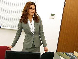 得到屄的办公室工作者性交在桌上