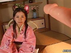 Una magrolina asiatica si è fatta giocare la fica pelosa in camera da letto