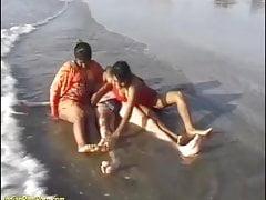 divertimento sulla spiaggia indiana con lieto fine