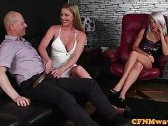 Glam CFNM ragazze che leccano la manopola dei tizi fortunati
