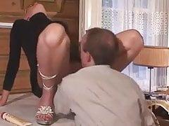 blondýnka zralá stříkačka na stole a kouření
