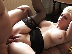 Pixie unterworfen Mila Milan fütterte Sperma nach dem analen Hämmern