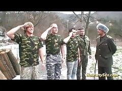 Militärmädchen wird von ihrem Team gefickt