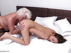GILF lecca il culo e la fica della giovane ragazza lesbica