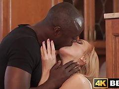 Ragazza tenera arata dal suo amante appeso in sensuale interrazziale