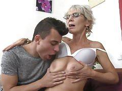 Mamma matura Irenka che seduce il giovane figlio