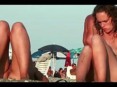 Un voyeur de la plage nue filme des filles avec une caméra cachée