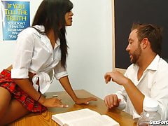 Naughty Latina Schoolgirl uwodzi swojego nauczyciela