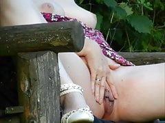 Marina masturbiert auf einer Waldbank