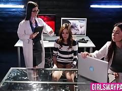 Tre ragazze cercano le loro fiche bagnate