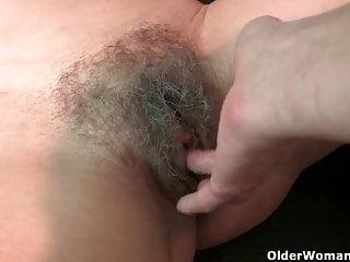 成熟的媽媽毛茸茸的貓得到手指他媽的治療