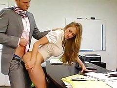 Tajemník kanceláře s obrovskými prsa