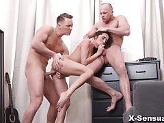 X-Sensual - Kerry Cherry - Ella los quiere a ambos