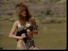 Mädchen schießen Maschinengewehre 2