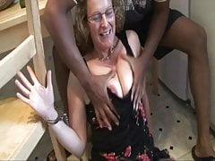 Francoise má v zadku černý kohout