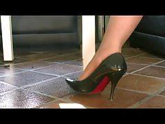 I miei piedi nylated nelle mie pompe prepotente