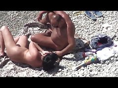 Voyeur. Reife Frau hat Sex mit einem Mann an einem öffentlichen Strand