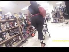 Ogromny Szczery Latina Booty w Szarych Legginsach