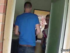 Deutsche Mutter fickt den Pizzajungen und der Mann guckt zu