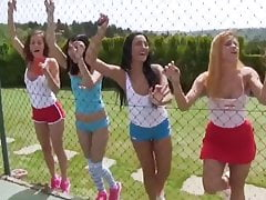 NN - Dívky hrající v pevné sportovní oblečení