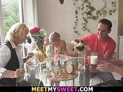 Blonde belle-mère et papa baise la copine de son fils