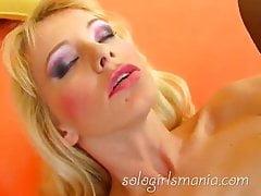 SOLOGIRLSMANIA rubia muy caliente Lenika masturbación anal