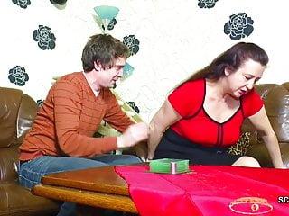 年輕的德國男孩引誘他的繼母第一次他媽的