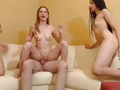 Porno di gruppo a casa con tre ragazze.