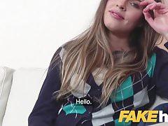 Ciasna cipka Fake Agent Models zostaje wyruchana na kanapie