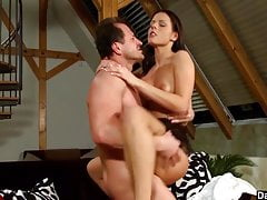 Cute Brunette Kara ha un Wild Cock Ride