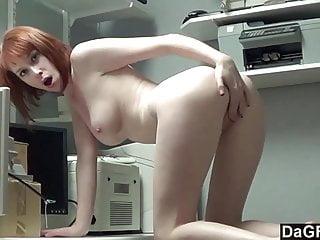 最漂亮的紅頭髮青少年cums在她的手指上