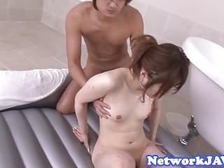 诱人的亚洲宝贝oiledup和性交